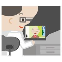 高齢者の男性とビデオ電話している男性の医者のイラスト
